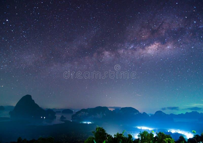 Panorama av landskapet med Vintergatannatthimmel med stjärnor fotografering för bildbyråer