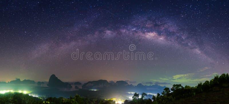 Panorama av landskapet med Vintergatannatthimmel med stjärnor royaltyfri foto