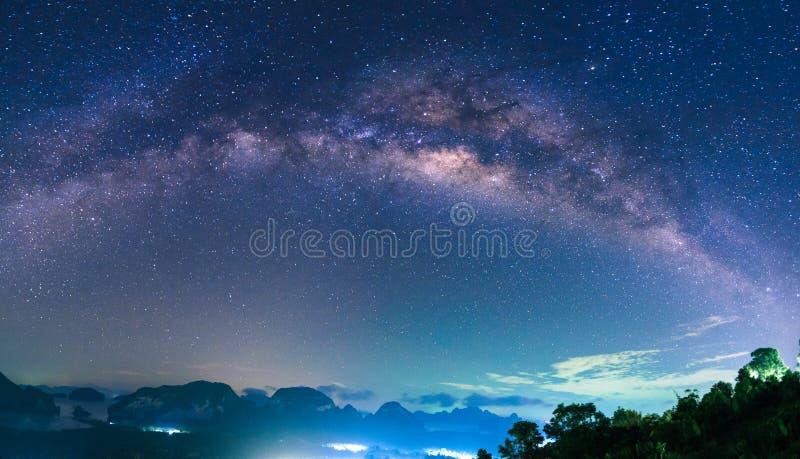Panorama av landskapet med Vintergatannatthimmel med stjärnor arkivbilder
