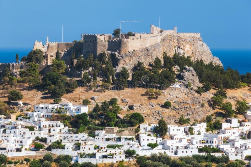 Panorama av Lindos och akropolen Rhodes ö Grekland royaltyfria bilder