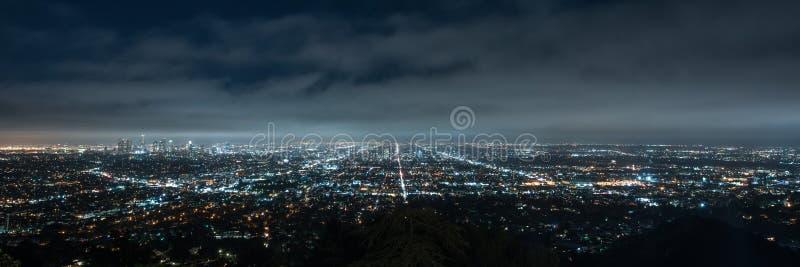 Panorama av Los Angeles cityscape på natten royaltyfri bild