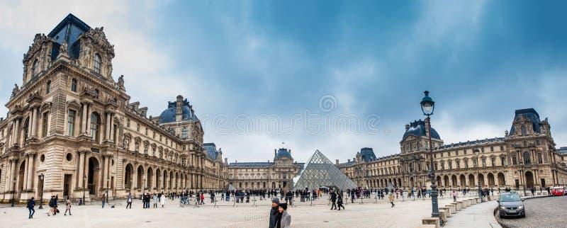 Panorama av Louvremuseet i en frysa vinterdag precis för vår royaltyfri fotografi