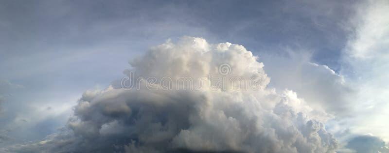 Panorama av mörk och molnig himmel i regnig säsong arkivbilder