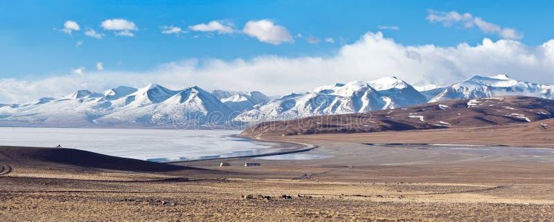 Panorama av Manasarovar sjön och Himalayas i västra Tibet, Kina royaltyfria bilder