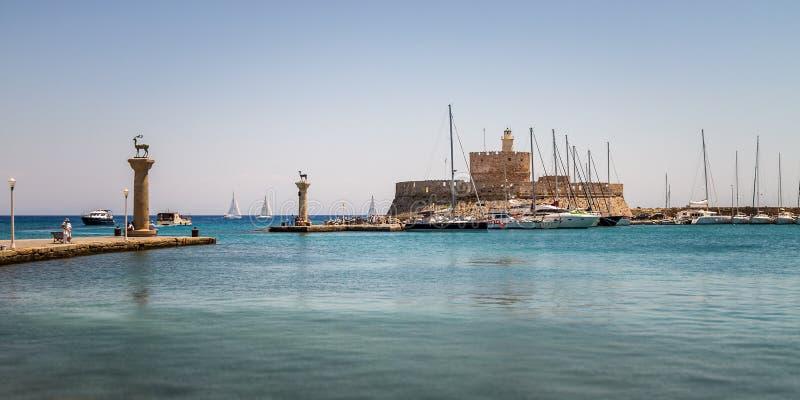 Panorama av Mandraki, den äldsta hamnen av Rhodes Island royaltyfri bild