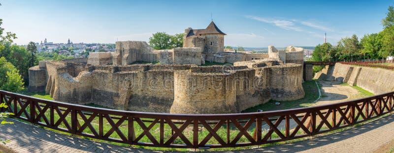 Panorama av medeltida fördärvar av den Suceava fästningen i Suceava, romare royaltyfri bild