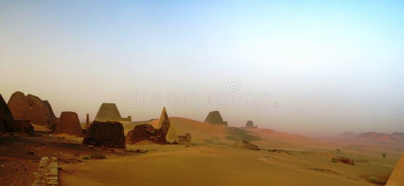 Panorama av Meroe pyramider i öknen på solnedgången, Sudan, arkivfoto