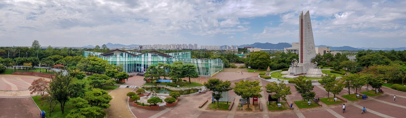 Panorama av mitten för attestering för cykel för Nakdonggang bred flodmynningbank i paviljong för Nakdong flodkultur royaltyfria foton