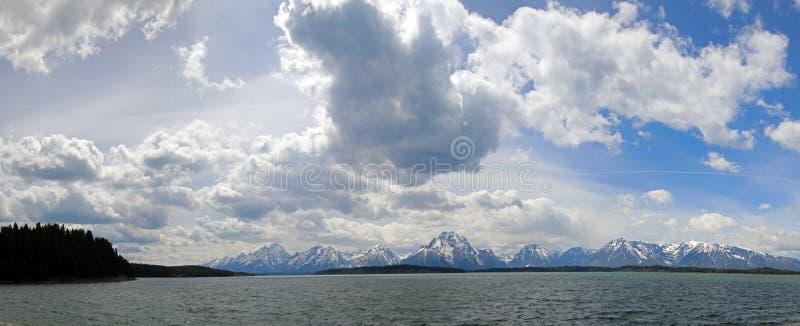 Panorama av monteringen Moran och tusen dollar Teton når en höjdpunkt under stackmolnmoln på Jackson Lake i den storslagna Teton  royaltyfria foton