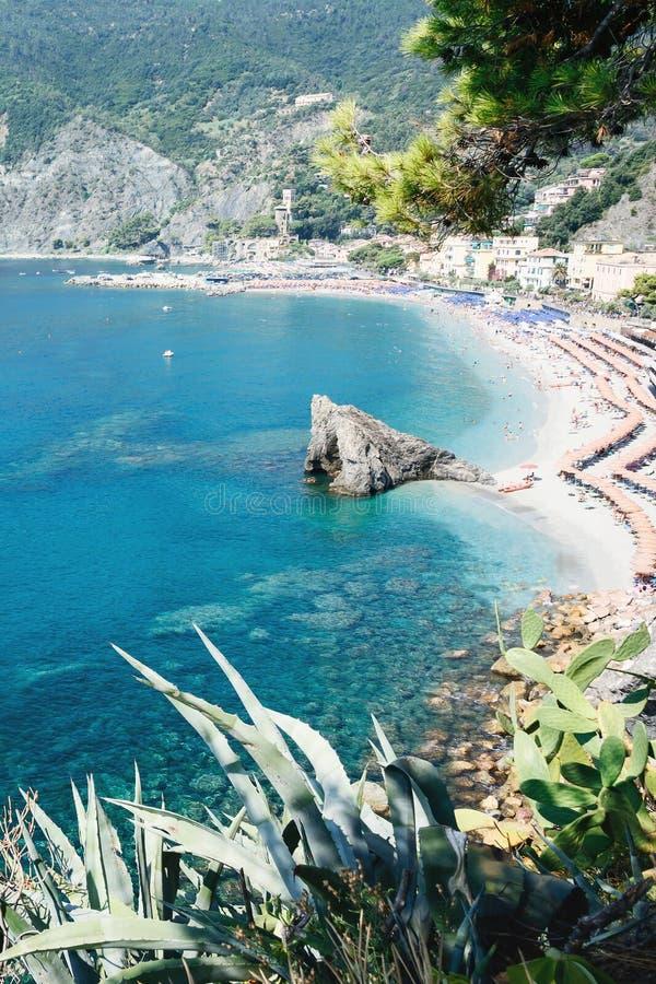 Panorama av Monterosso al Mare Beach, i säsong, en kust- by och semesterort i Cinque Terre, Liguria, Italien royaltyfri foto