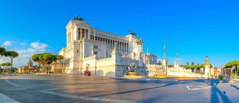 Panorama- av monumentet av Victor Emmanuel II på Venezia Squara på soluppgång arkivbilder