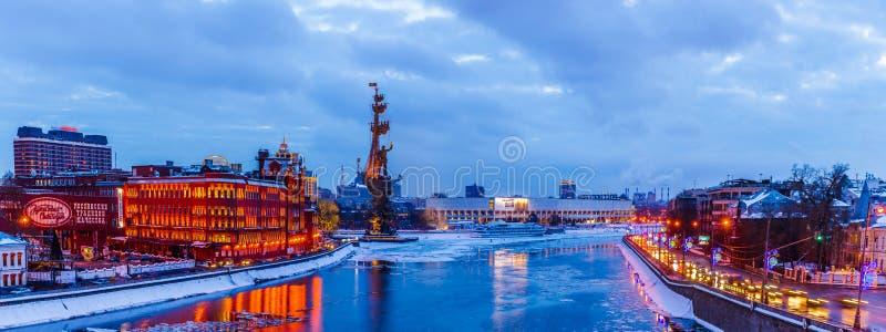 Panorama av Moskvafloden i vintertid royaltyfri bild