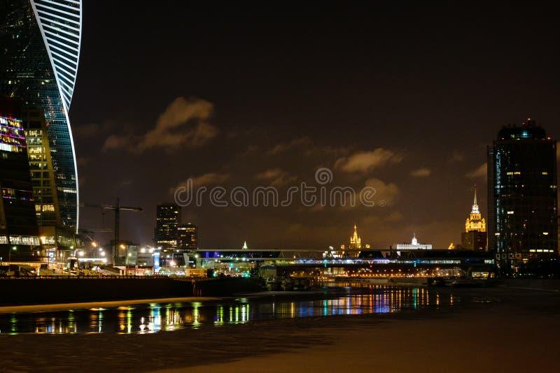 Panorama av Moskvastaden med den Moskva floden på natten fotografering för bildbyråer