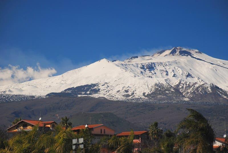 Panorama av Mount Etna den högsta aktiva vulkan i Europa som ses från autotradaen som förbinder Catania till Messina royaltyfri bild