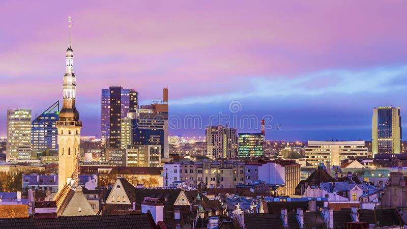 Panorama av natten Tallinn, Estland arkivbild
