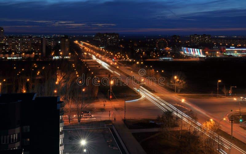 Panorama av nattstaden av Togliatti som förbiser genomskärningen av Frunze och Yubileinaya gator arkivfoto