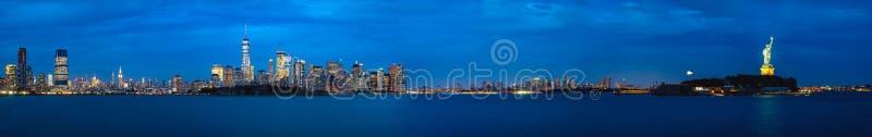 Panorama av New York City och frihetstatyn fotografering för bildbyråer