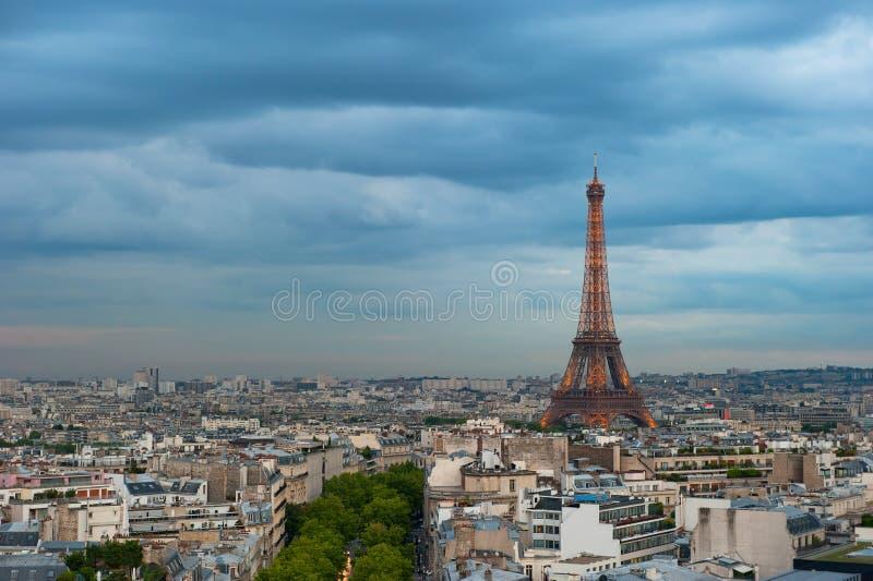 Panorama av Paris på skymningen royaltyfri foto