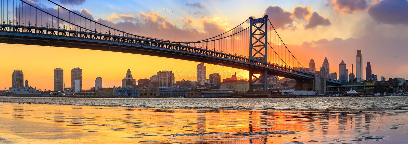 Panorama av Philadelphia horisont, Ben Franklin Bridge och Penns arkivbild