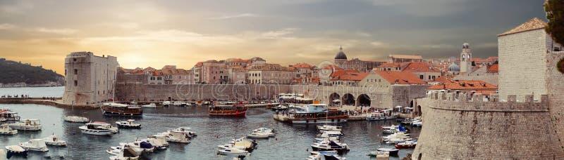 Panorama av porten av den gamla staden av Dubrovnik royaltyfri bild