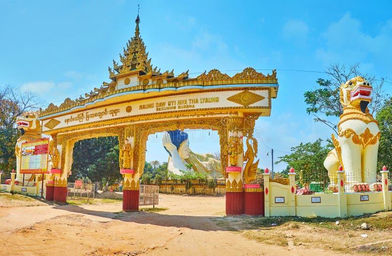 Panorama av porten av Mya Tha Lyaung Buddha Temple, Bago, Myanmar fotografering för bildbyråer
