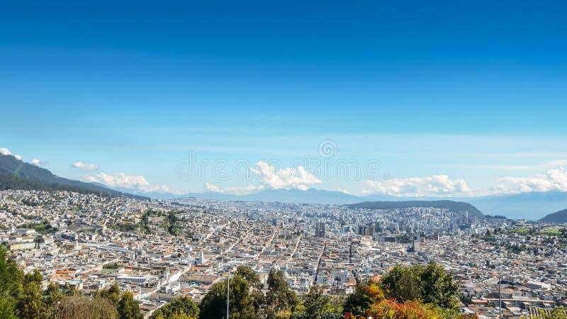 Panorama av Quito - Ecuador som sett från Panecilloen, enhög kulle 200 av vulkanisk-ursprunget royaltyfri fotografi