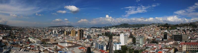 Panorama av quito som visar både höga och låga byggnader med en ljus blå himmel royaltyfria bilder