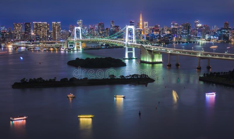Panorama av regnbågebron på natten, Tokyo, Japan arkivbild
