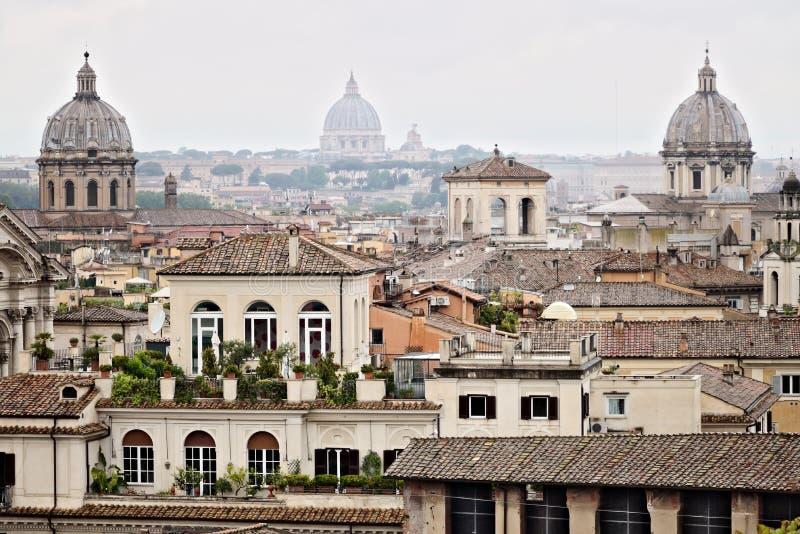 Panorama av Rome tak med tre kyrkliga kupoler fotografi royaltyfria bilder