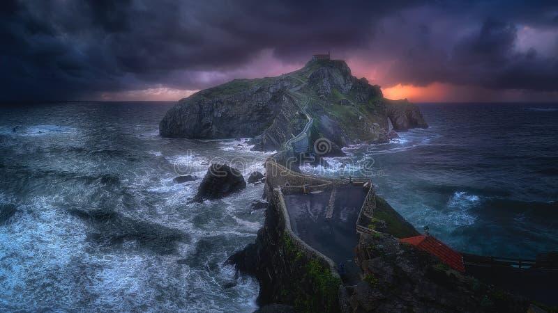 Panorama av San Juan de Gaztelugatxe med stormigt väder royaltyfri fotografi
