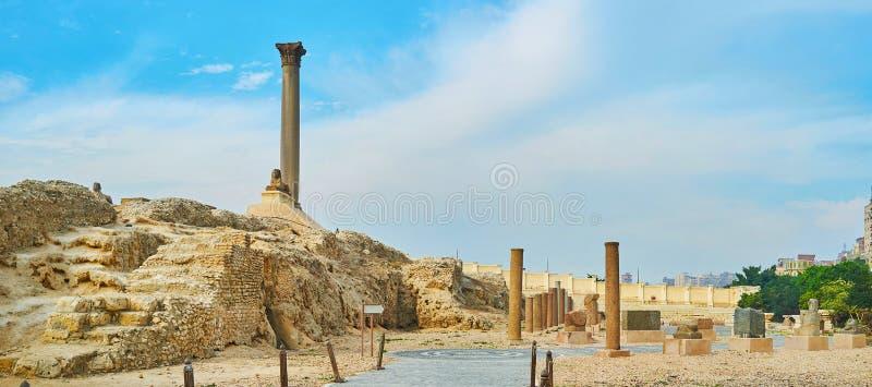 Panorama av Serapeum med pelaren för Pompey ` s, Alexandria, Egypten royaltyfri fotografi