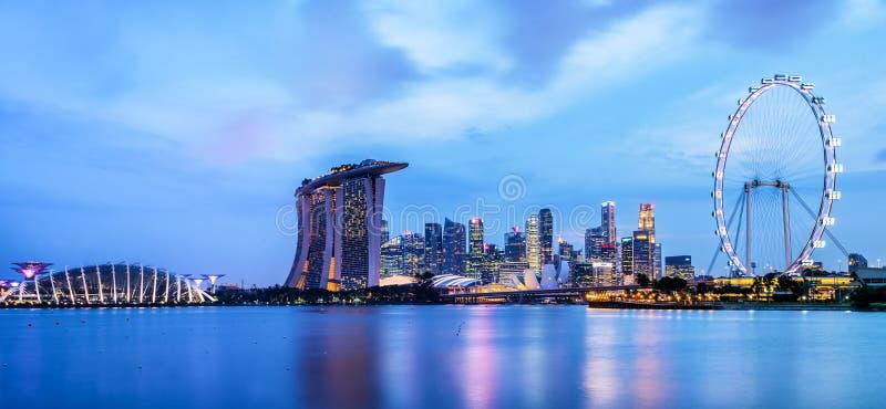 Panorama av Singapore horisont vid natt royaltyfria foton