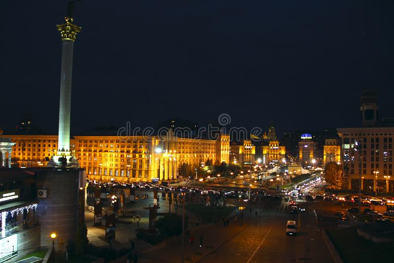Panorama av självständighetfyrkanten i Kyiv på natten ljus av nattstaden arkivbilder