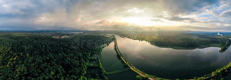 Panorama av skeppen som lämnar kanalen skog och flod i Ryssland arkivbild