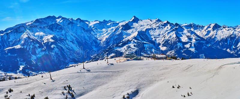 Panorama av skidar semesterorten, den Schmitten monteringen, Zell f.m. ser, Österrike arkivbilder