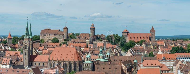 Panorama av slotten av Nuremberg och Sebaldus kyrktar på en sol royaltyfria foton