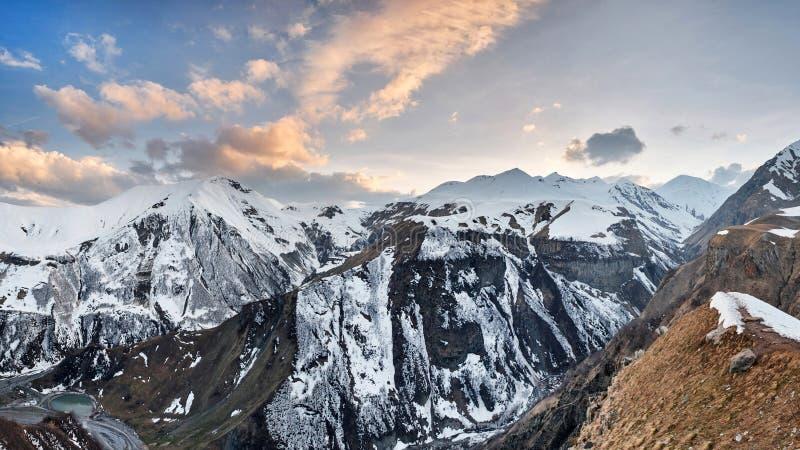 Panorama av sn?plat?n och solljushimmel i afton berg f?r kloster f?r alaverdicaucasus georgia kakheti Sikten fr?n skidar semester royaltyfri bild