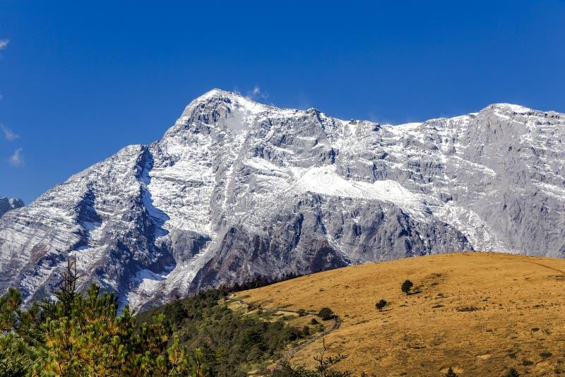 Panorama av snowcapped Jade Dragon Snow Mountain royaltyfri fotografi