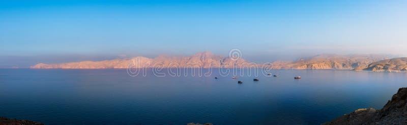Panorama av solnedgången över fjordar nära Khasab i Oman fotografering för bildbyråer