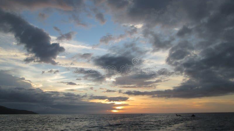 Panorama av solnedgången på stranden royaltyfria bilder