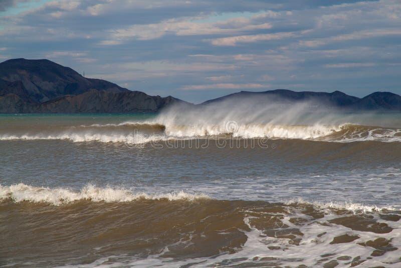 Panorama av solnedg?ngen p? stranden med vattenreflexion arkivbilder