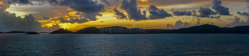 Panorama av soluppgånghimlar över Torres kanalöar skärgård, Australien royaltyfria bilder