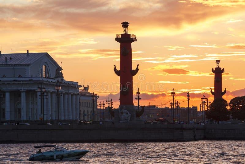 Panorama av som spottas av den Vasilievsky ön på solnedgången, St Petersburg royaltyfria foton