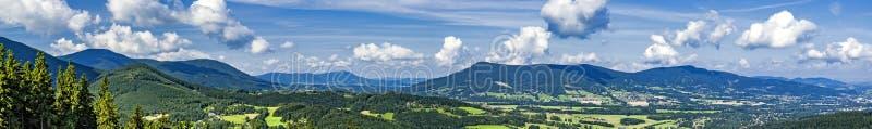 Panorama av sommarberg royaltyfri bild