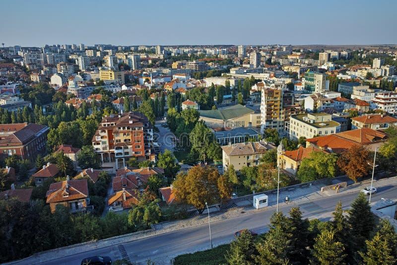 Panorama av staden av Haskovo från monumentet av jungfruliga Mary, Bulgarien arkivbild