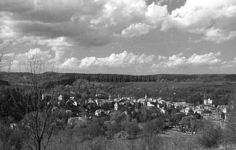 Panorama av staden av Duszniki-Zdroj i lägre Silesia, Polen arkivbilder