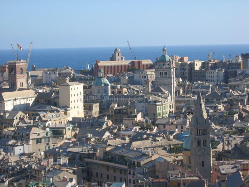 Panorama av staden av Genua i Italien med havet trots allt arkivbild