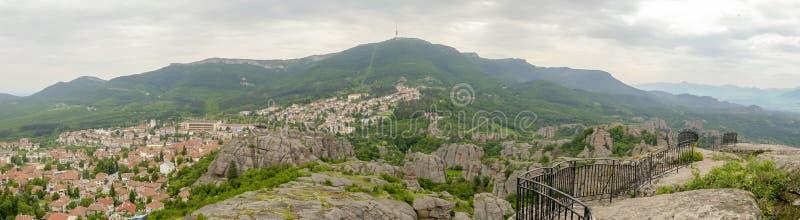Panorama av staden och bildande på Belogradchik vaggar royaltyfri foto