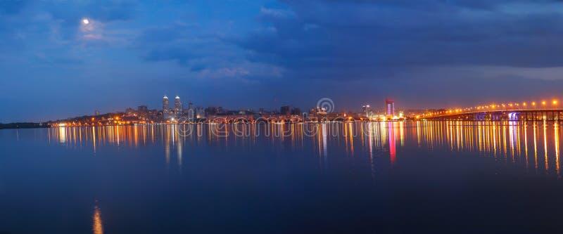 Panorama av staden på natten royaltyfri fotografi