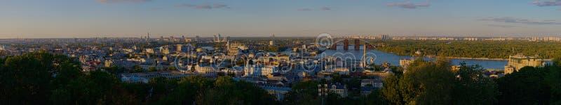 Panorama av staden på solnedgången royaltyfri bild